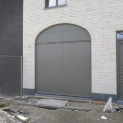 Exemple porte de garage sectionnelle grise – FT Chassis