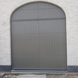 Exemple porte de garage sectionnelle arrondie grise – FT Chassis