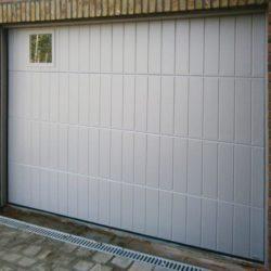 Porte de garage avec petite fenêtre grise – FT Chassis