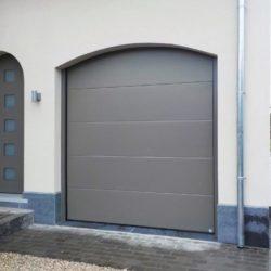 Porte sectionnelle grise avec porte en PVC – FT Chassis