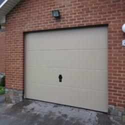 Porte de garage avec serrure beige – FT Chassis