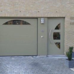 Porte garage sectionnelle avec porte d'entrée intégrée beige – FT Chassis