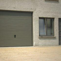 Porte de garage à lattes avec serrure assortie chassis PVC gris Kommerling – FT Chassis