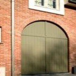 Porte de garage assortie aux châssis PVC Kommerling blancs – FT Chassis